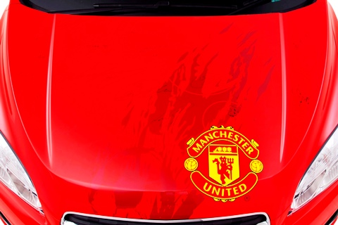 Chevrolet is auctioning a unique Chevrolet Trax signed by the Manchester United first team in a special eBay for Charity auction