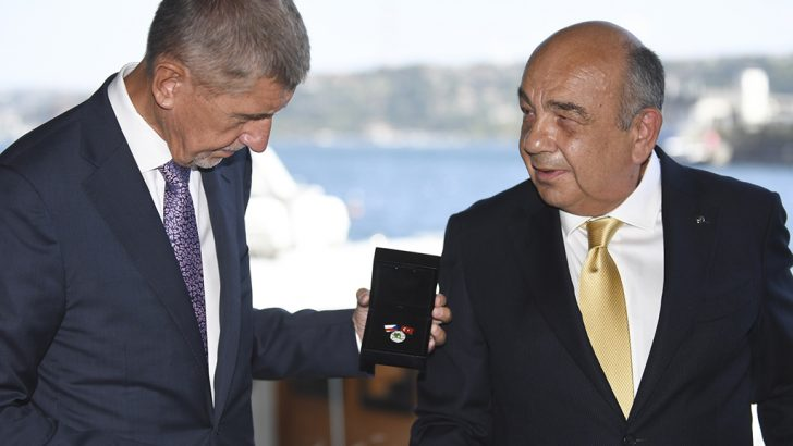 Çek liyakat madalyası Ahmet Yüce'ye verildi